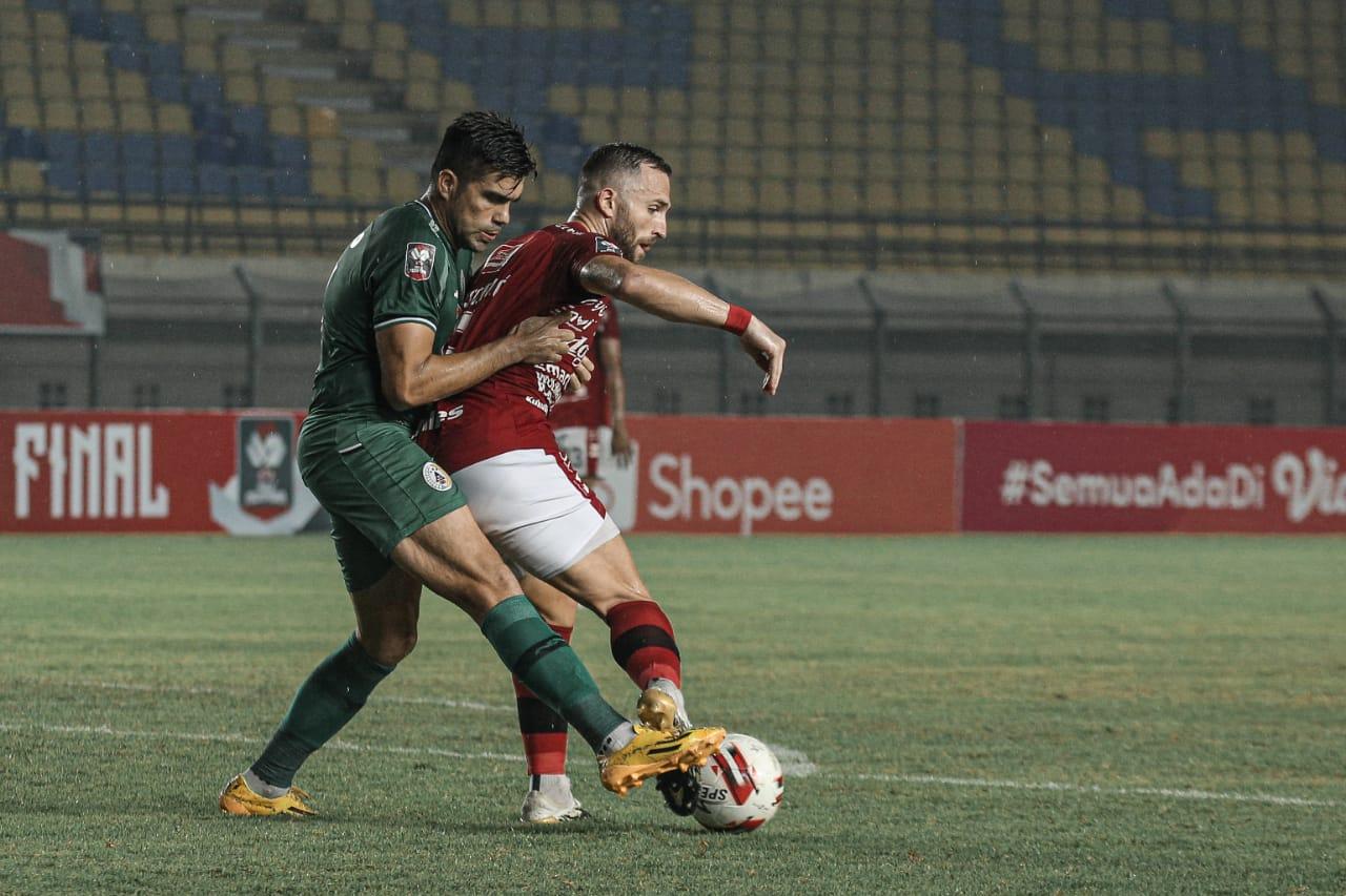 Duel dua pemain asing Bali United dan PSS Sleman