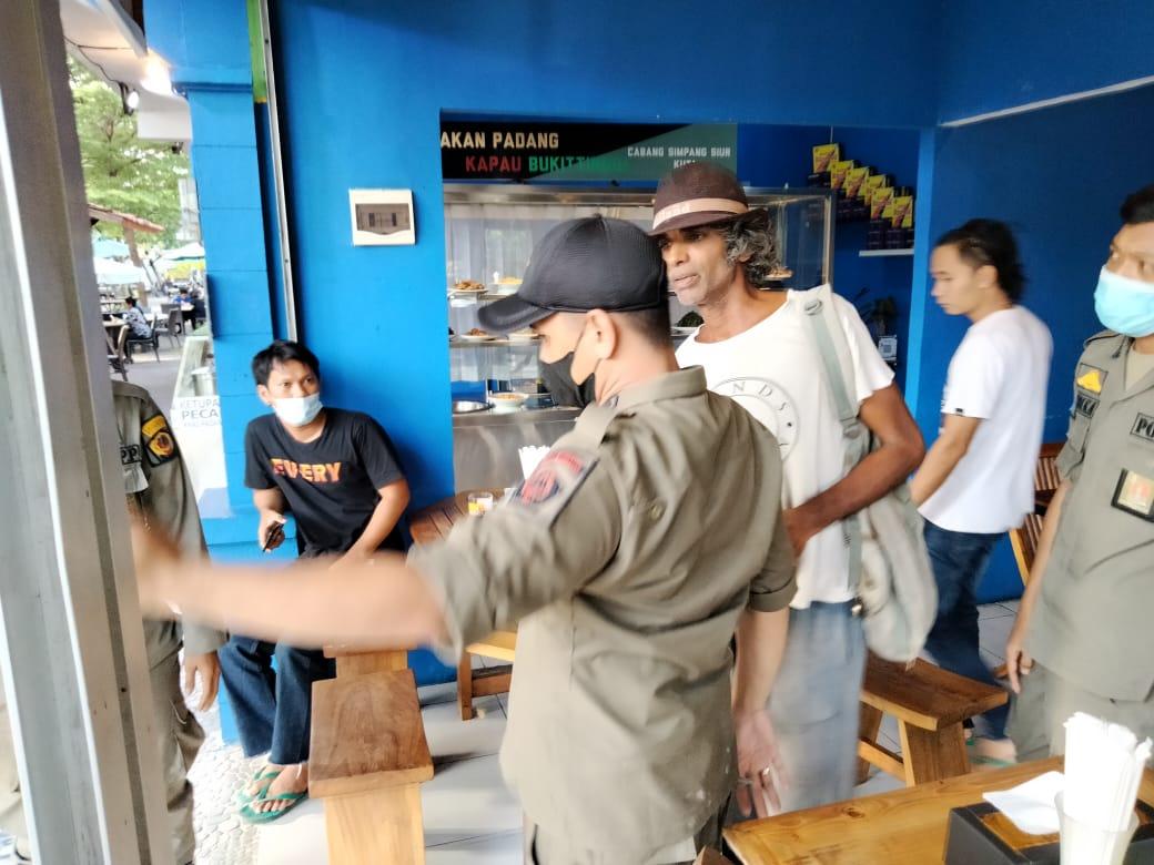 bernama Pradeep Kumar  kepadatan sedang melakukan pemalakan, dan ditangkap Satpol PP Kota Denpasar
