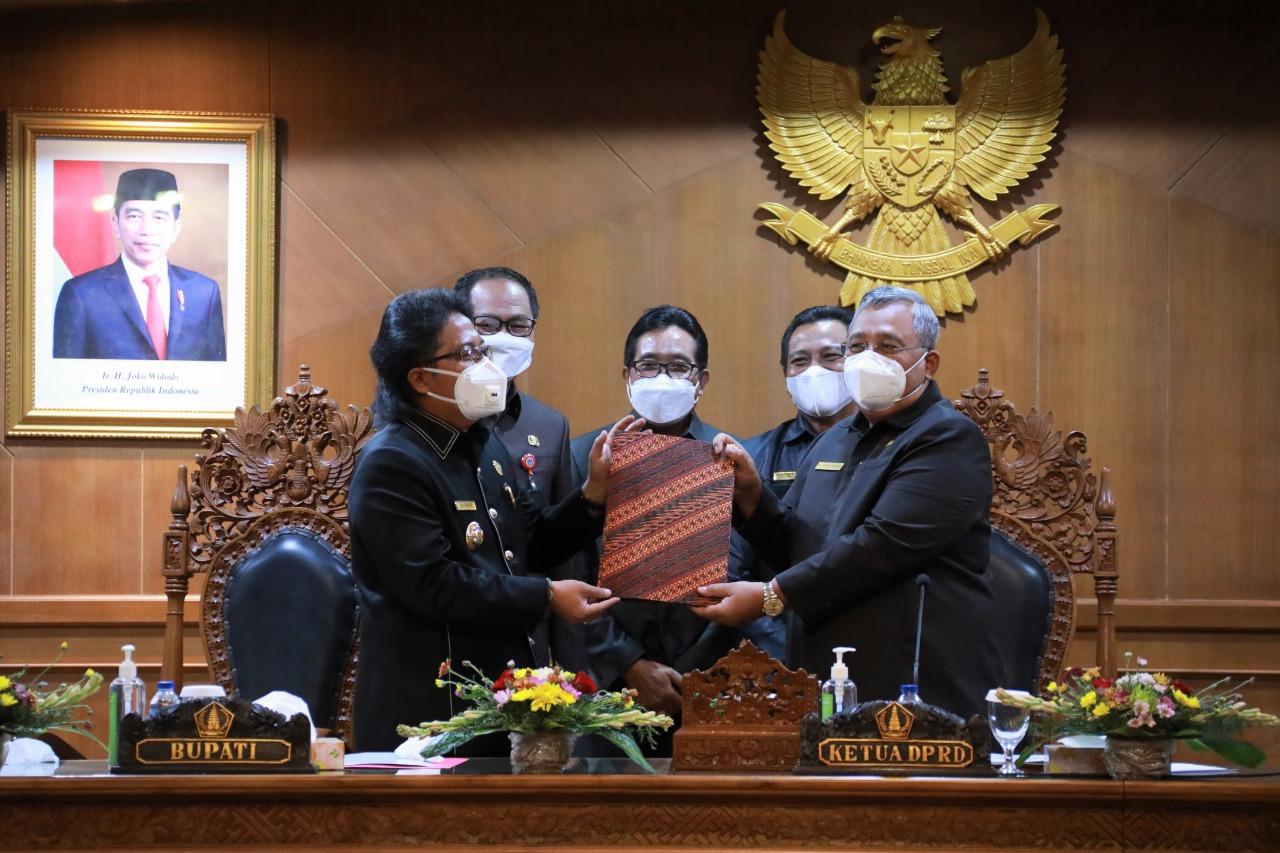 Bupati Badung Giri Prasta (kiri) menyerahkan dokumen LPJ kepada Ketua DPRD Badung Putu Parwata