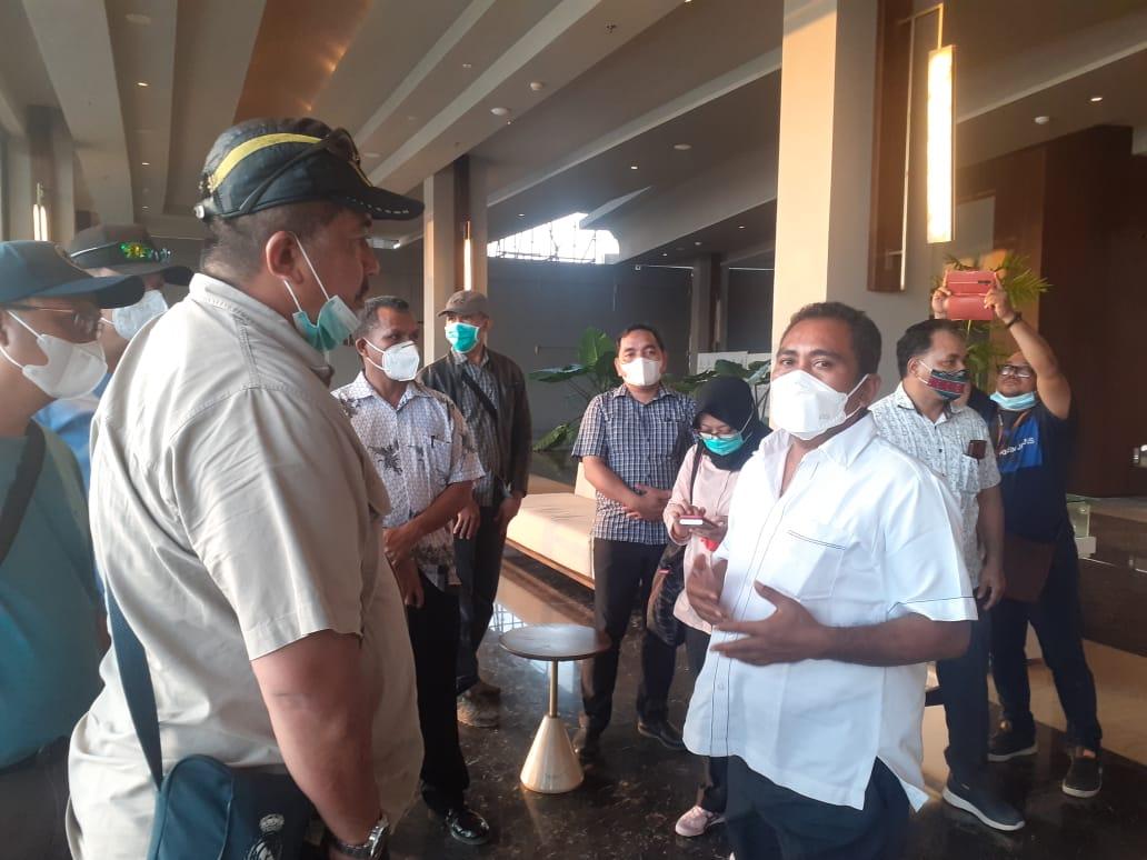Ketua Satuan Tugas Koordinasi Supervisi (Korsup) Pencegahan Wilayah V KPK Dian Putra dan Bupati Mabar Edistasius Endi saat mendatangi Hotel Inaya Bay, Labuan Bajo
