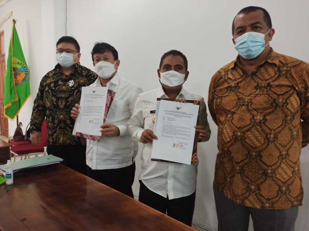 Bupati Manggarai barat, Editasius Endi (dua dari kanan), Wakil Bupati Manggarai Barat, Yulianus Weng (dua dari kiri) bersama Pimpinan KPK RI di Labuan Bajo