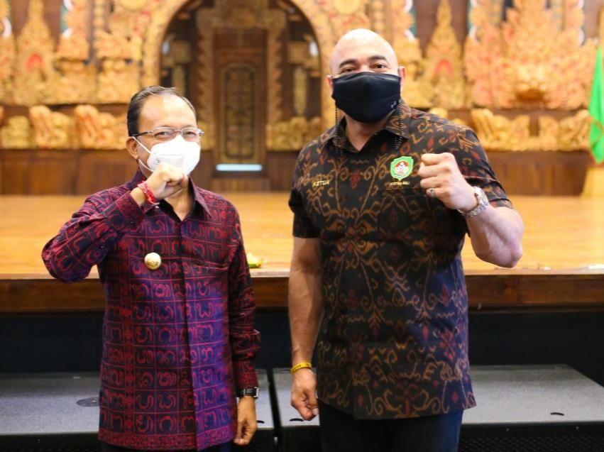 Made Muliawan Arya atau yang akrab disapa De Gajah saat bersama Gubernur Bali Wayan Koster usai acara pelantikan