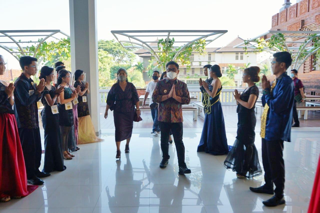 10 finalis duta GenRe Denpasar sambut kedatangan Wakil Walikota Denpasar, Arya Wibawa