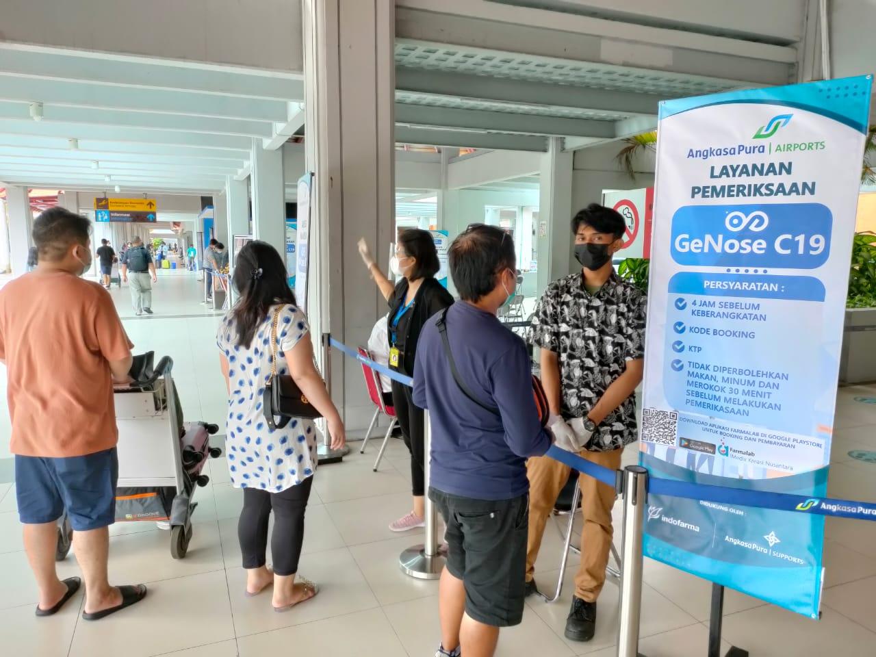 Petugas di bagian pelayanan jasa GeNose Bandara Ngurah Rai Bali, menjelaskan SOP pelayanan GeNose