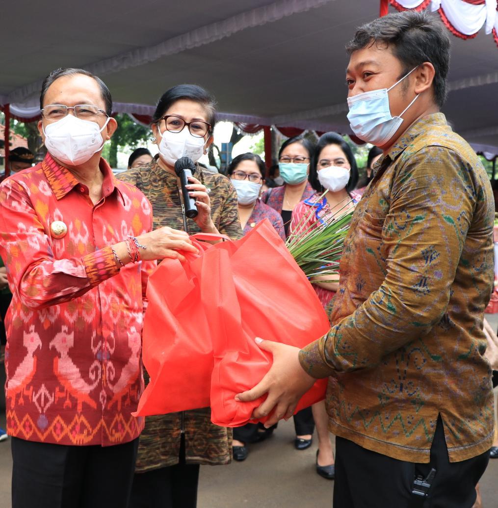 Gubernur Bali Wayan Koster berikan bingkisan kemeja endek kepada Pimpinan OPD Setda Bali