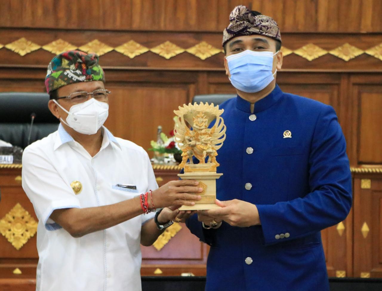 Gubernur Bali Wayan Koster memberikan cindramata kepada pimpinan rombongan Diplomasi Parlemen Badan Kerjasama Antar Parlemen (BKSAP) DPR RI, Putu Supadma Rudana