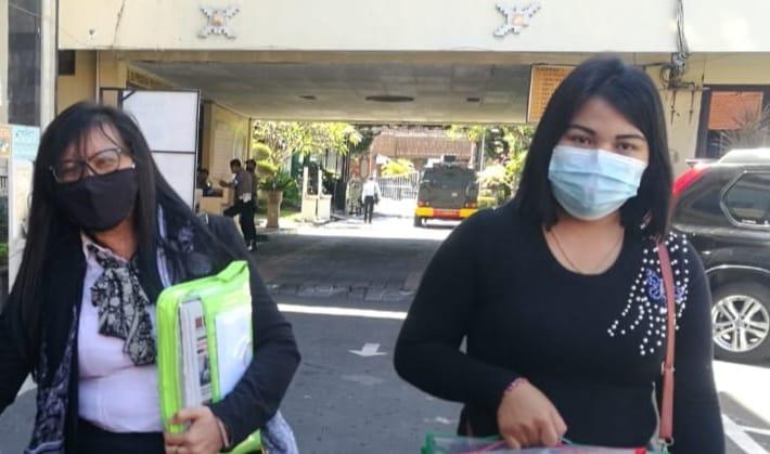 APD (kanan)  didampingi kuasa hukumnya Siti Sapurah usai memberikan klarifikasi di Polresta Denpasar