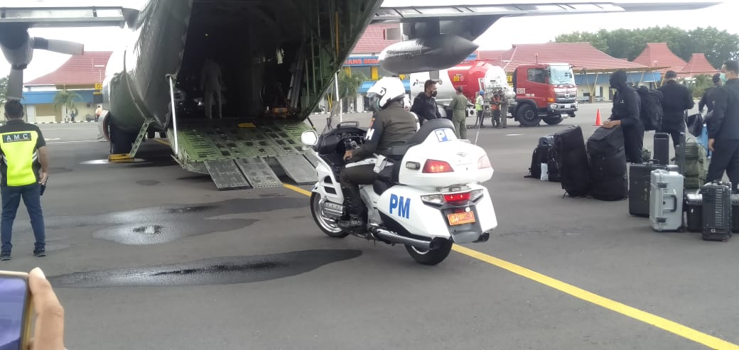 Kendaraan Kepresidenan RI tiba di bandara Frans Seda maumere dalam rangka kunjungan Presiden ke Adonara