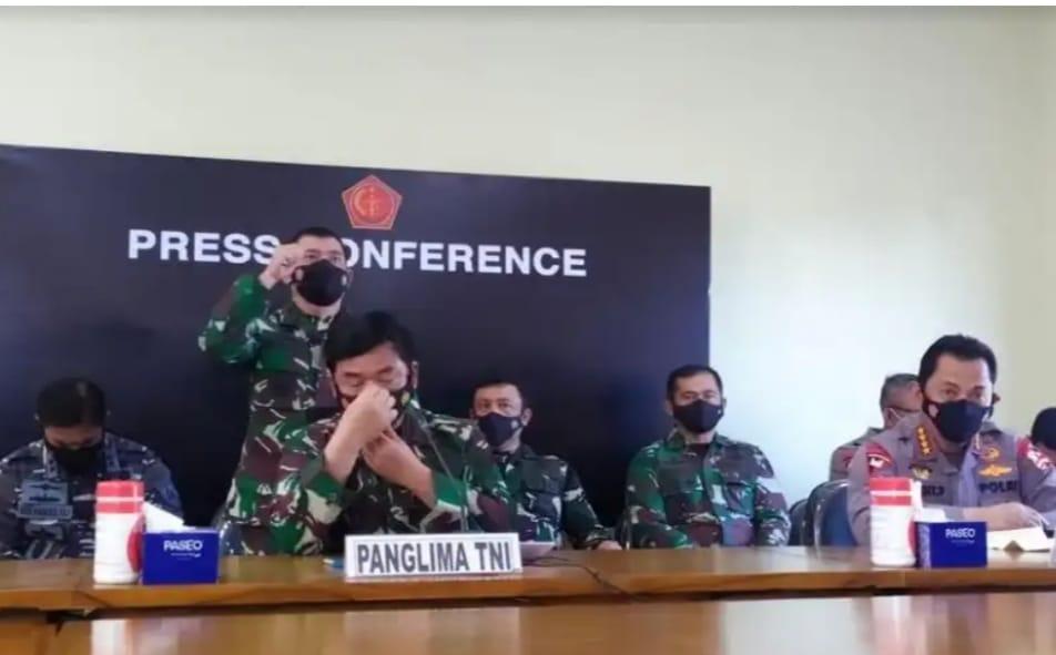 Sambil menahan tangis, Panglima TNI  Marsekal Hadi Tjahjanto mengumumkan bahwa KRI Nanggala ditemukan dan seluruh awaknya dinyatakan gugur