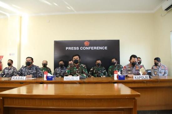 Panglima TNI Marsekal, Kasal TNI didampingi Kapolri menunjukkan temuan kepingan dan barang-barang otentik milik kapal selam KRI Nanggala-402 dalam konferensi pers secara virtual di Base Ops Lanud I Gusti Ngurah Rai, Denpasar, Bali, Sabtu (24/4/2021).