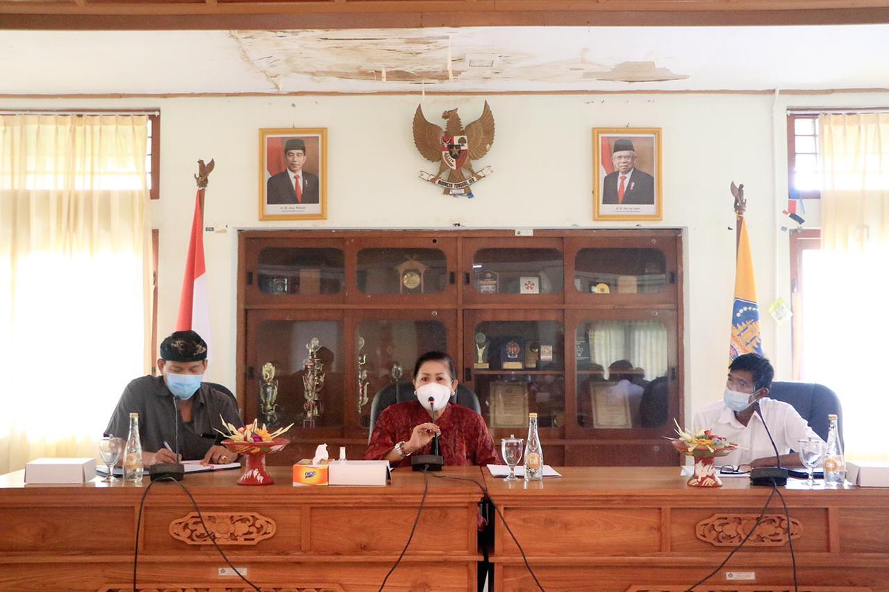 Kepala Dinas Perindustrian dan Perdagangan (Disperindag) Provinsi Bali, I Wayan Jarta dampingi Ketua Dekranasda Bali, Nyonya Putri Kostersaat mengikuti Focus Group Discussion Penentuan, Kriteria dan Informasi Produk PKB dengan tema 'Purna Jiwa: Prananing Wana Kerthi'