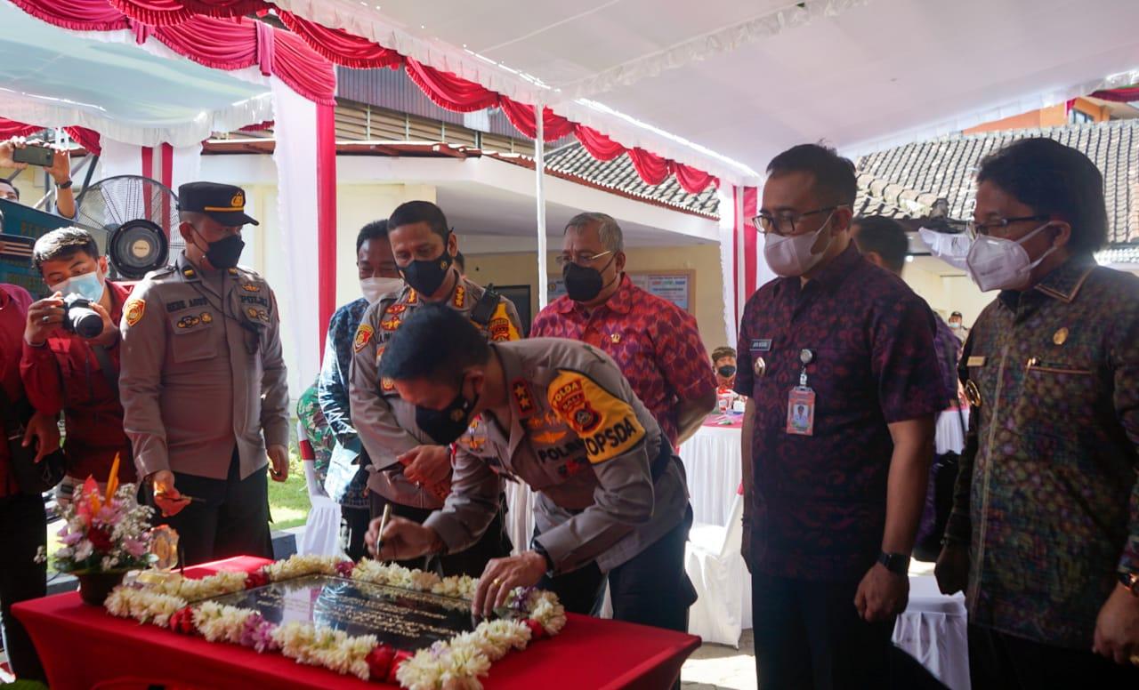 Kapolda Bali, Putu Jayan Danu Putra menandatangani prasasti peresmian gedung Polsek Denpasar Utara
