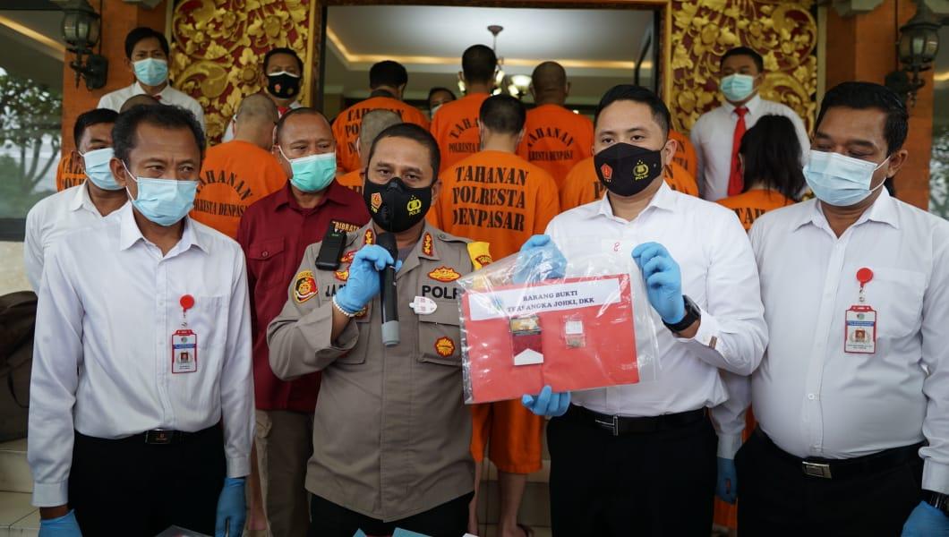 Kedua tersangka bersama tersangka lain saat rilis di Polresta Denpasar usai dilakukan penangkapan.