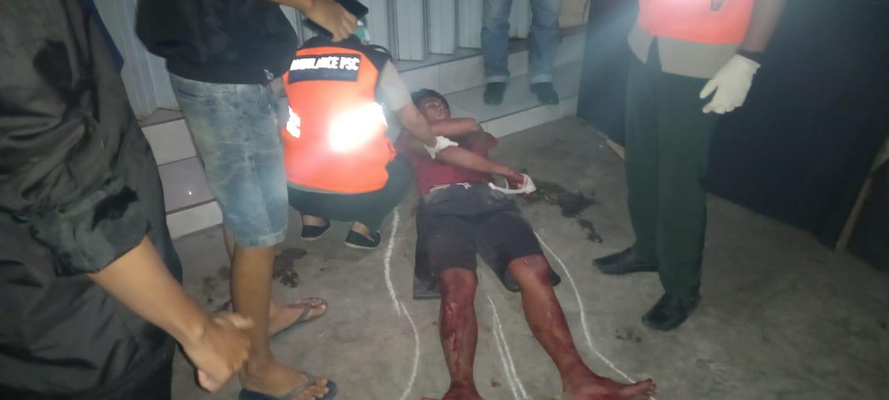 Salah seorang lelaki yang terlibat duel terkapar bersimbah darah