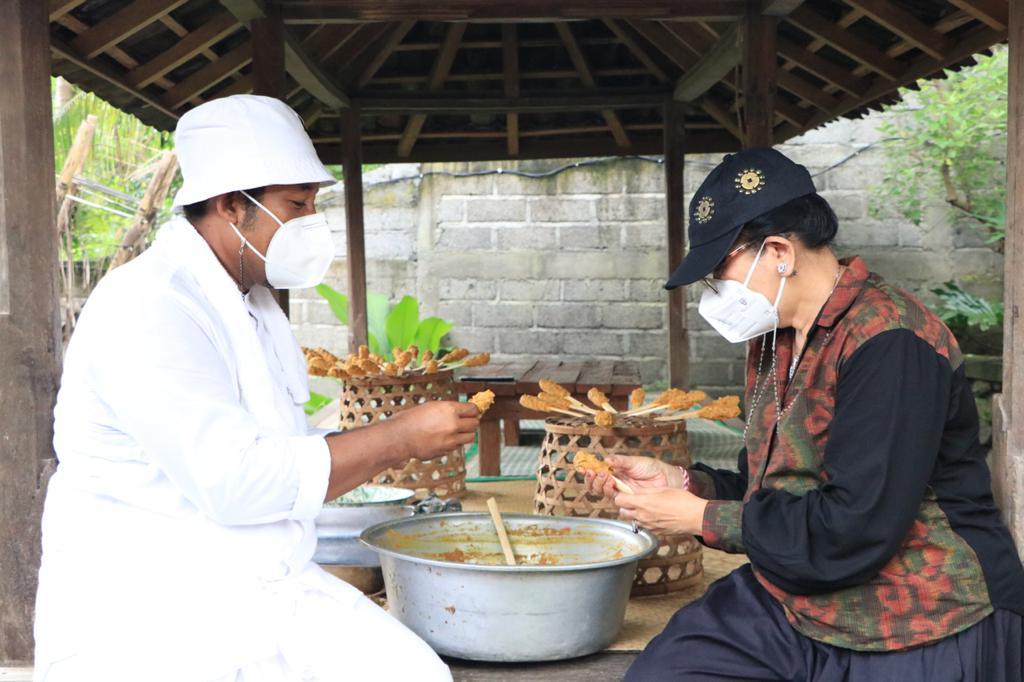 Nyonya Putri Koster praktekkan cara membuat sate lilit, sate khas Bali