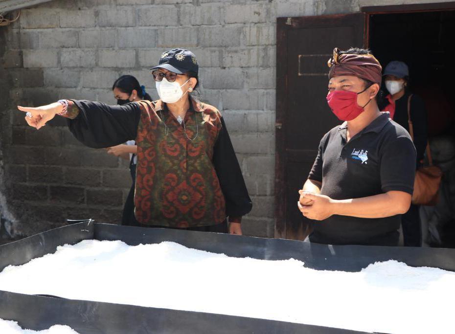 Nyonya Putri Suastini Koster tinjau pabrik garam di Desa Tejakula Buleleng