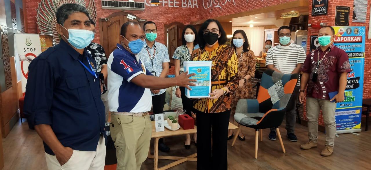 Pengurus dan Panitia Penggalangan dana bantuan Bencana NTT dari PENA NTT Bali menerima uang hasil penggalangan karyawan Kejari Denpasar