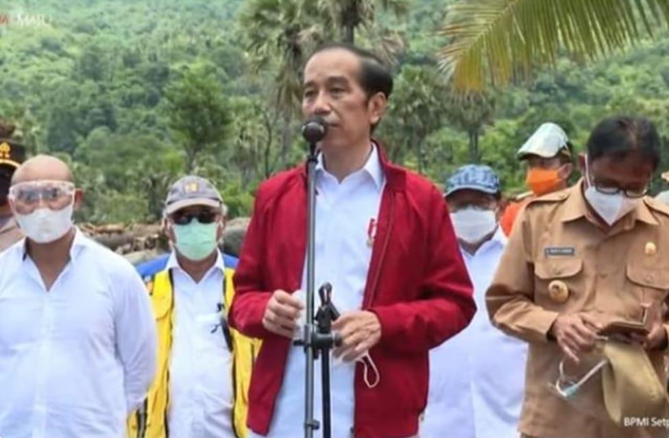 Presiden RI Jokowi saat berkunjung ke Adonara mengunjungi korban bencana banjir bandang NTT