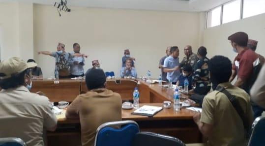 Suasana rapat dengar pendapat DPRD Mabar ricuh