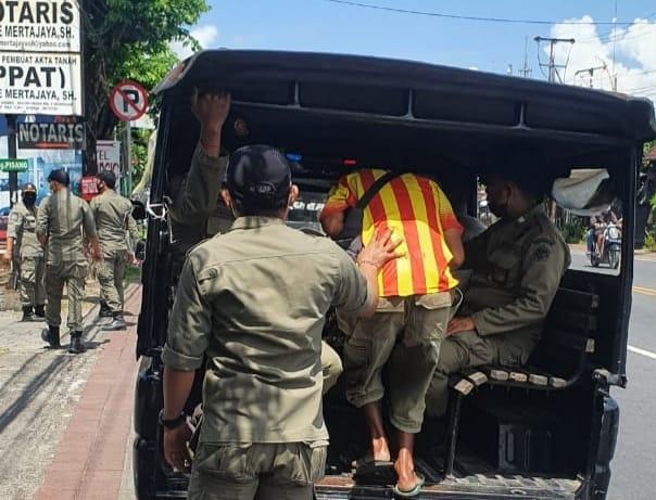 Seorang pengemis yang dianggap ganggu ketertiban umum digelandang Satpol PP Denpasar