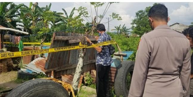 Polisi memeriksa rumah terduga teroris di Sudiang Raya Makassar, Kamis (15/4/2021) (Foto Sulsel.Poskota.co.id
