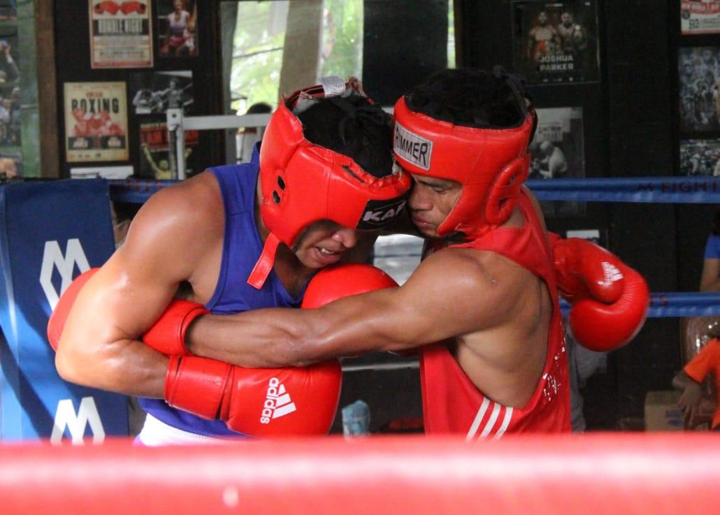 Goris (kiri) saat menghadapi Bayu di seleksi sparing beberapa waktu lalu.