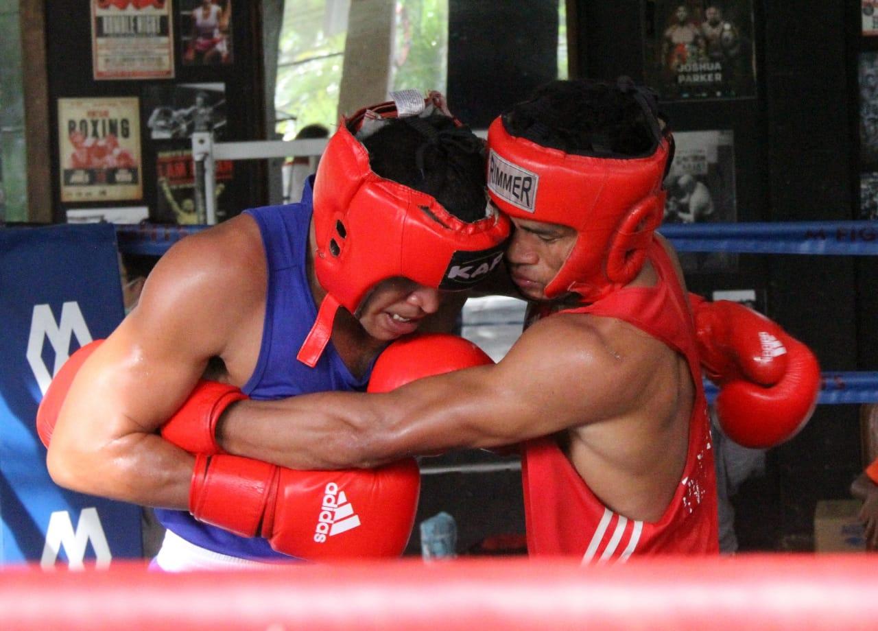 Jekry Riwu (kiri) dan Yulius Bahu Eha saling pukul dalam seleksi petinju PON kelas ringan dan welter ringan.