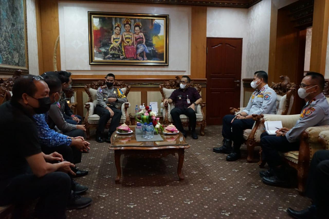 Direktur Lalu Lintas Polda Bali, Kombes Pol. Indra saat beraudiensi dengan Wali Kota Denpasar IGN Jaya Negara Selasa, (20/4) di Kantor Walikota Denpasar.