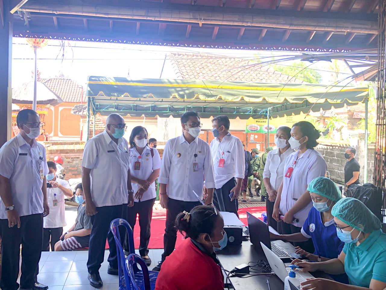 Wakil Walikota Denpasar, Arya Wibawa meninjau pelaksanaan vaksin terhadap para lansia di Denpasar