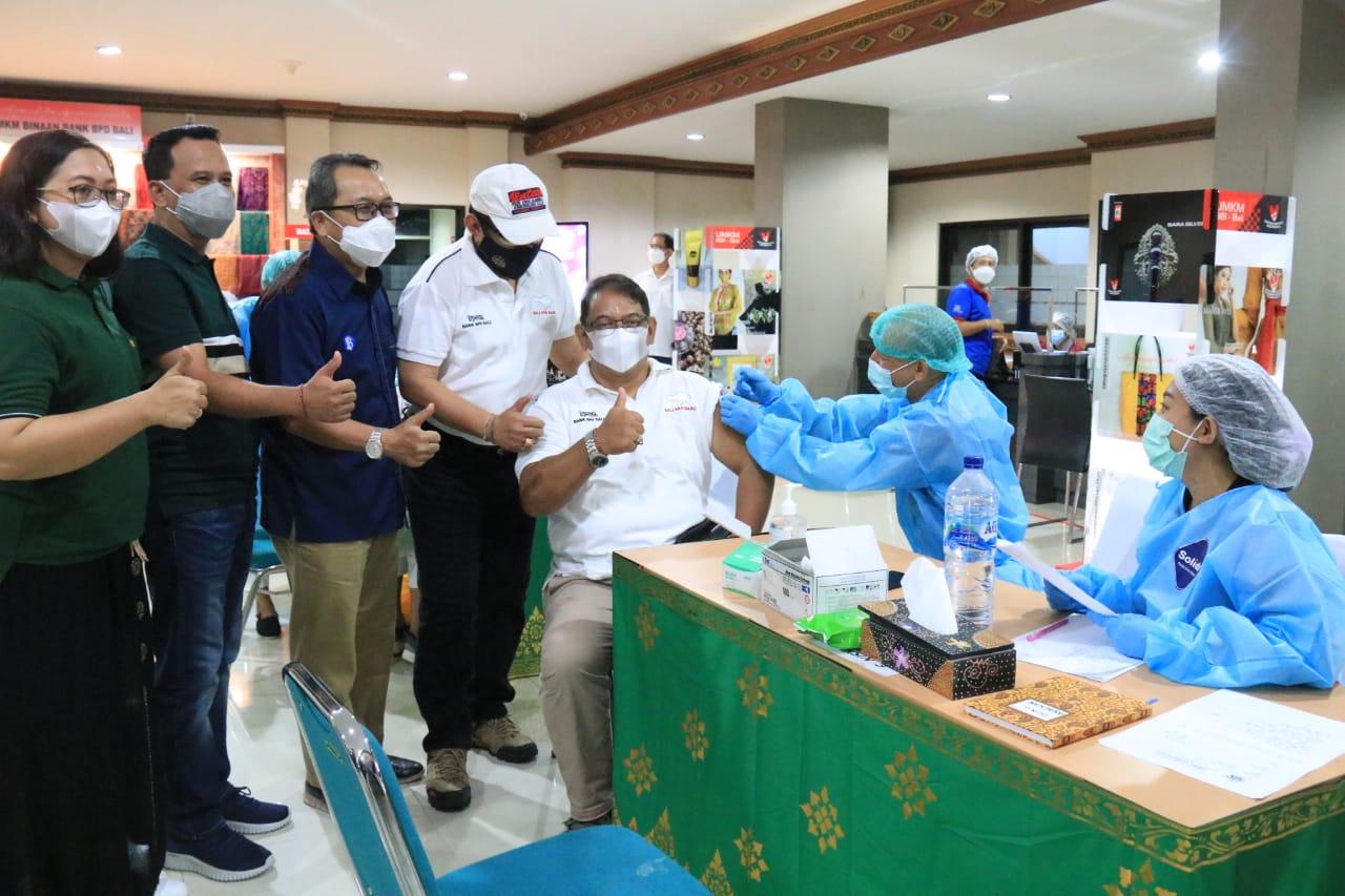 Wakil Gubernur Bali Cok Ace meninjau Vaksinasi pekerja perbankan