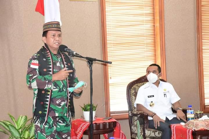 Dandrem 161/Wirasakti Brigjen TNI Legowo W.R Sujatmiko S.IP, M.M. saat melakukan kunjungan kerja ke wilayah Kodim 1612/Manggarai pada Jumat (21/05/2021).