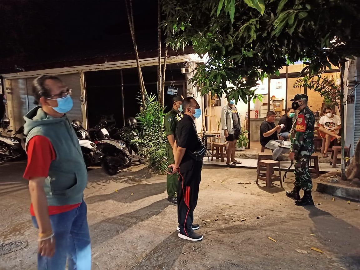 Giat Patroli Dialogis untuk pemantauan keamanan serta menghimbau tetap disiplin protokol kesehatan di wilayah Desa Dangin Puri Kangin pada Jumat (22/5). (FOTO:Ita)