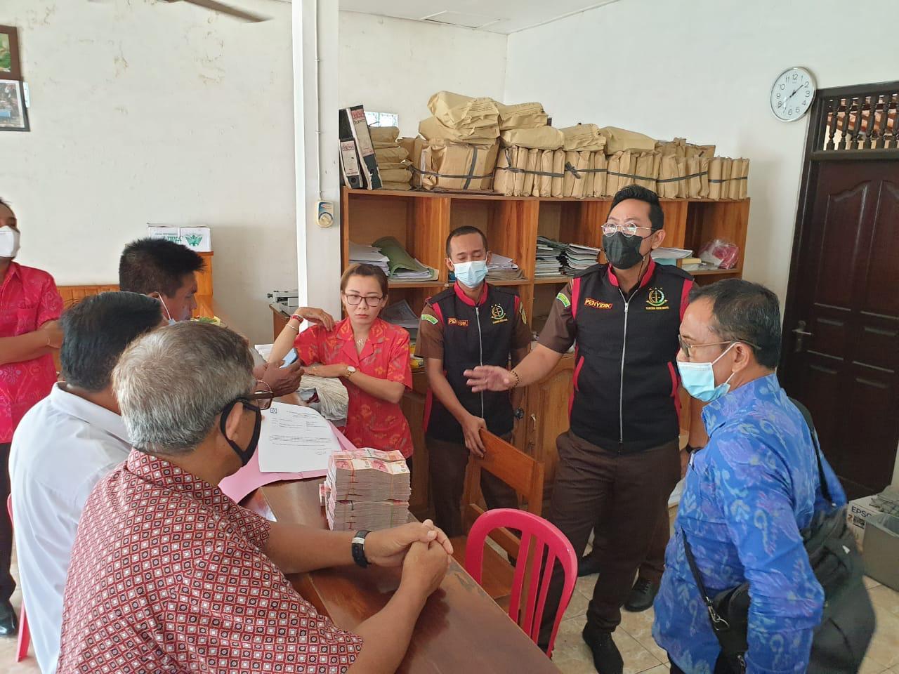 Petugas dari Kejati Bali melakukan penggeledahan kantor Koperasi