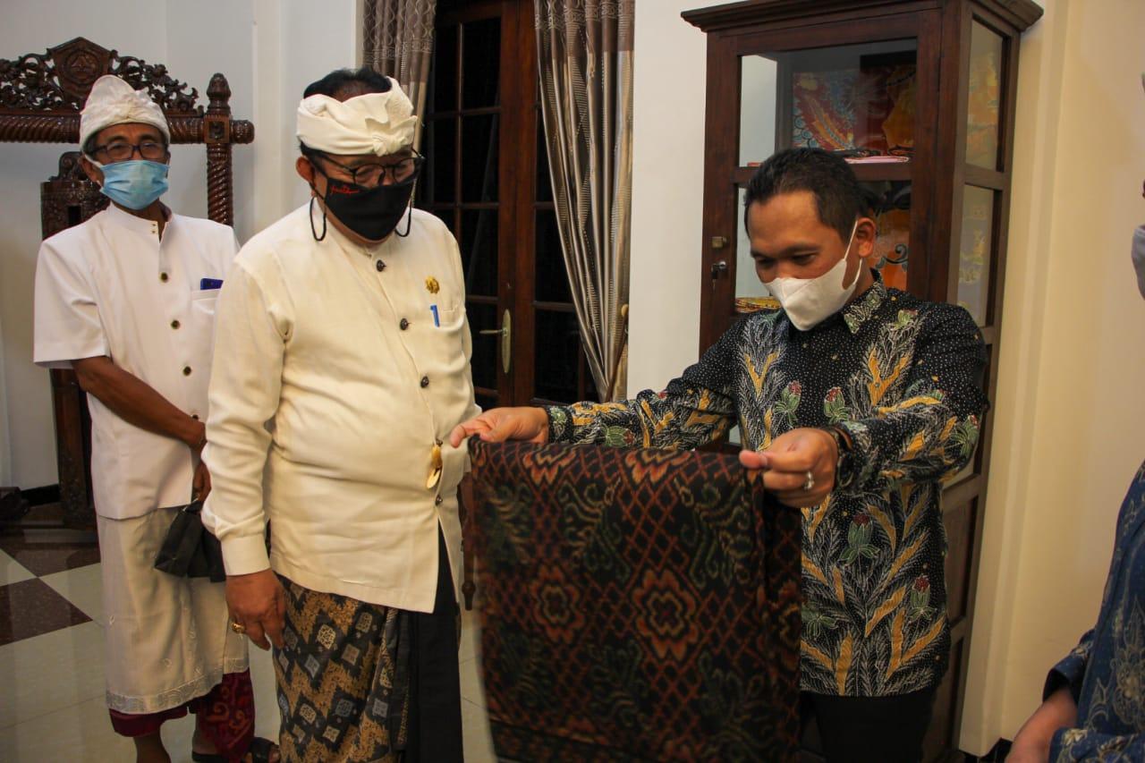 Wakil Gubernur Bali Prof. Tjokorda Oka Artha Ardana Sukawati berkesempatan menemui Bupati Lumajang Thoriqul Haq di Pendopo Arya Wiraraja, Pemkab Lumajang, Jawa Timur, Selasa (25/5).