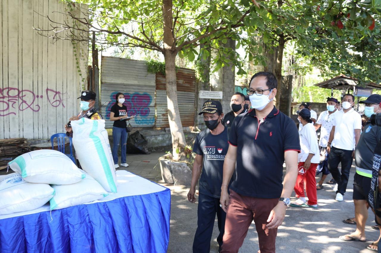 Wakil Bupati Badung I Ketut Suiasa saat menghadiri Gerakan Merdeka Bebas Sampah Plastik di areal Kawasan Pura Segara Kedonganan, Kecamatan kuta, Minggu (23/5). (FOTO:Sin)