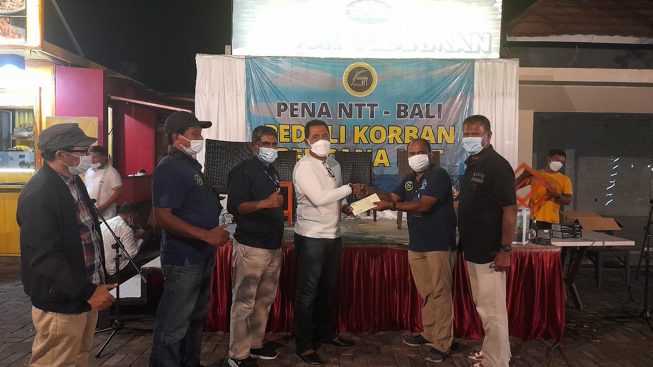 Anggota Komisi IV DPR RI, AA Bagus Adhi Mahendra Putra (Baju putih) serahkan sumbangan