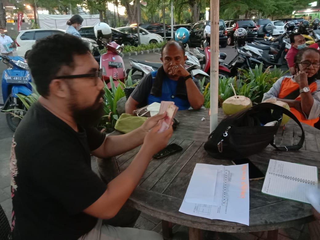 Panitia Penggalangan dana PENA NTT Bali merekap perolehan sumbangan untuk korban bencana NTT