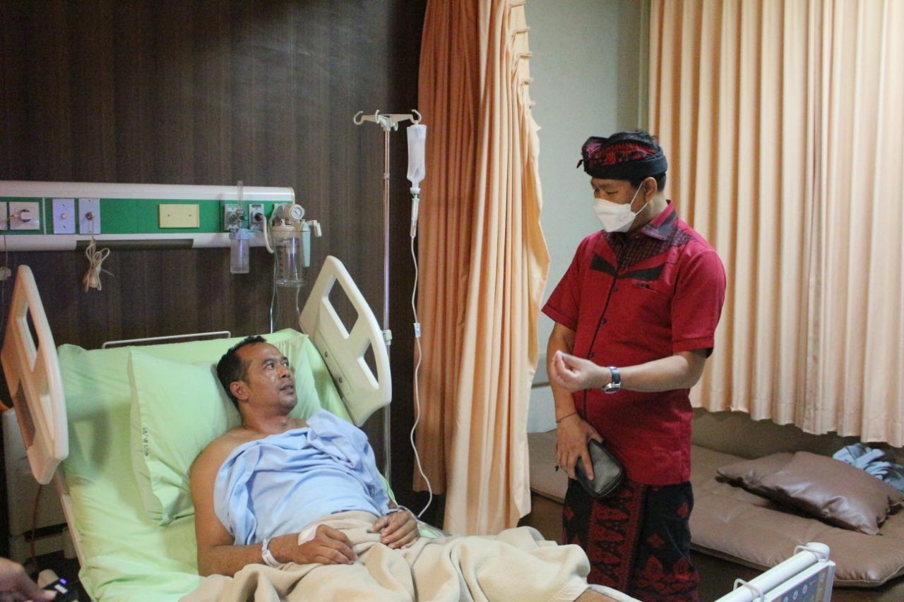 Wakil Bupati Badung, Ketut Suiasa menjenguk salah seorang pasien keracunan daging babi.