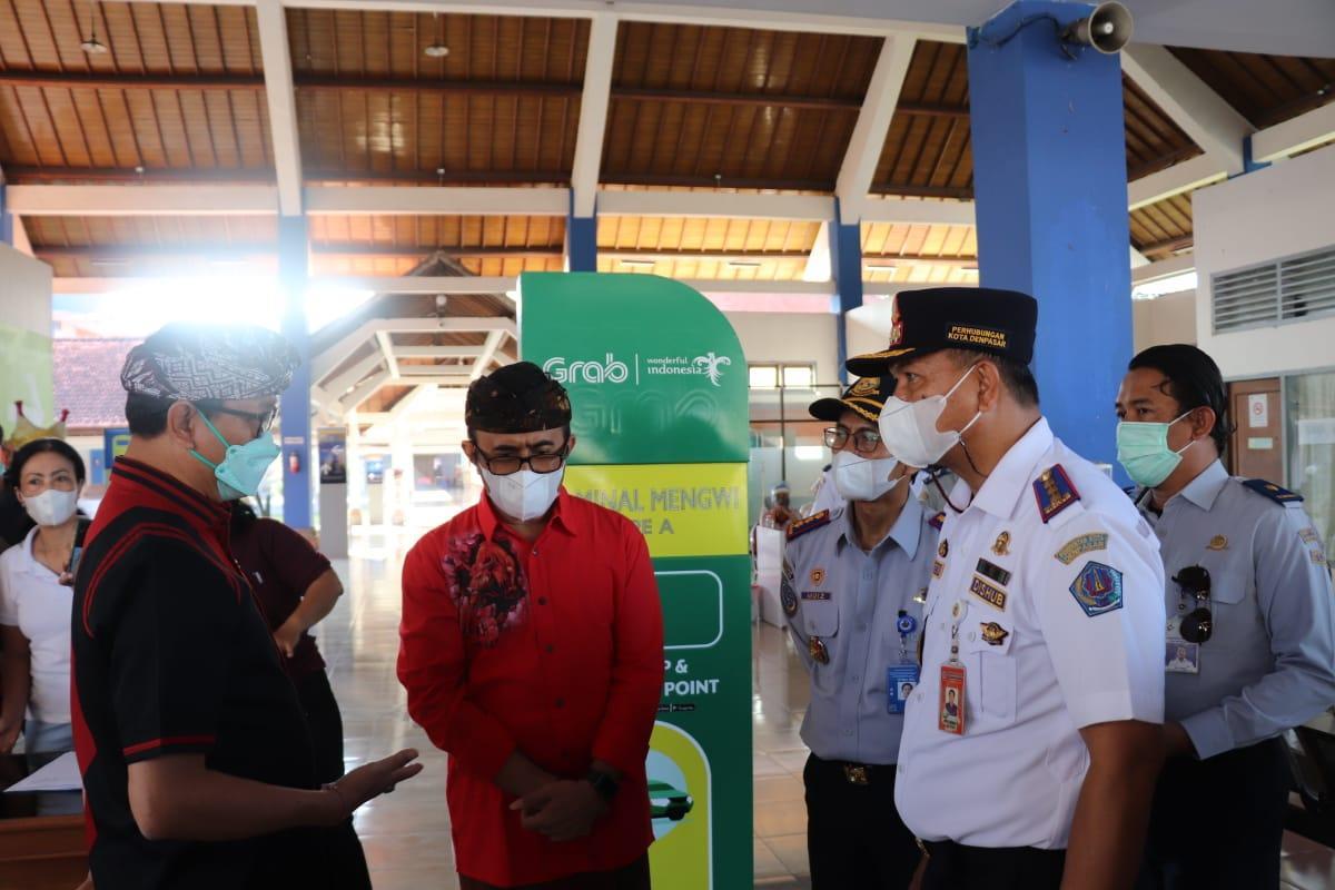 Wabup Suiasa bersama Walikota Denpasar IGN Jaya Negara saat melakukan sidak ke Terminal Mengwi, Sabtu (22/5). (FOTO:Sin)
