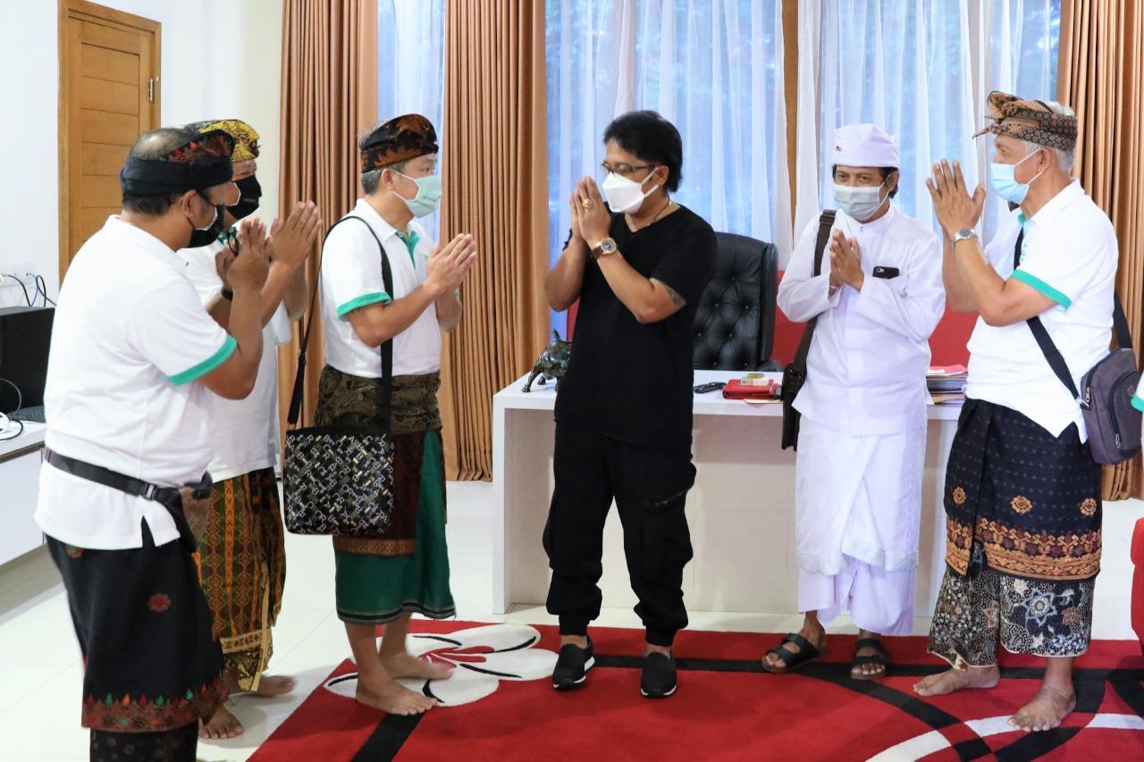 Bupati Giri Prasta saat menerima audiensi pihak Eco-Enzyme Nusantara, Kamis (3/6) di Rumah Jabatan Bupati Badung, Puspem Badung. (FOTO: Sin)