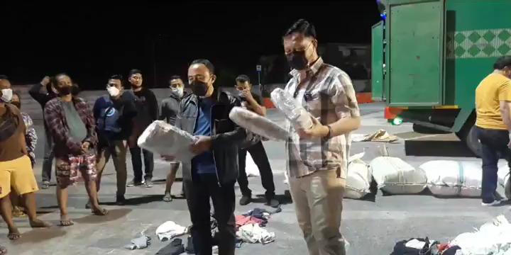 Petugas menyita barang yang diduga paket ganja dikemas dalam karung