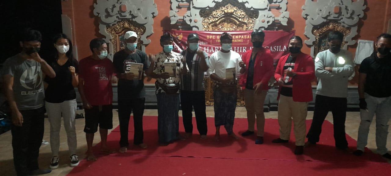 Pengurus DPC GMNI Denpasar Front Marhaenis (GMNI FM) Denpasar bersama masyarkat Desa Adat Balangan, Mengwi, Badung, sosialisassikan Pancasila