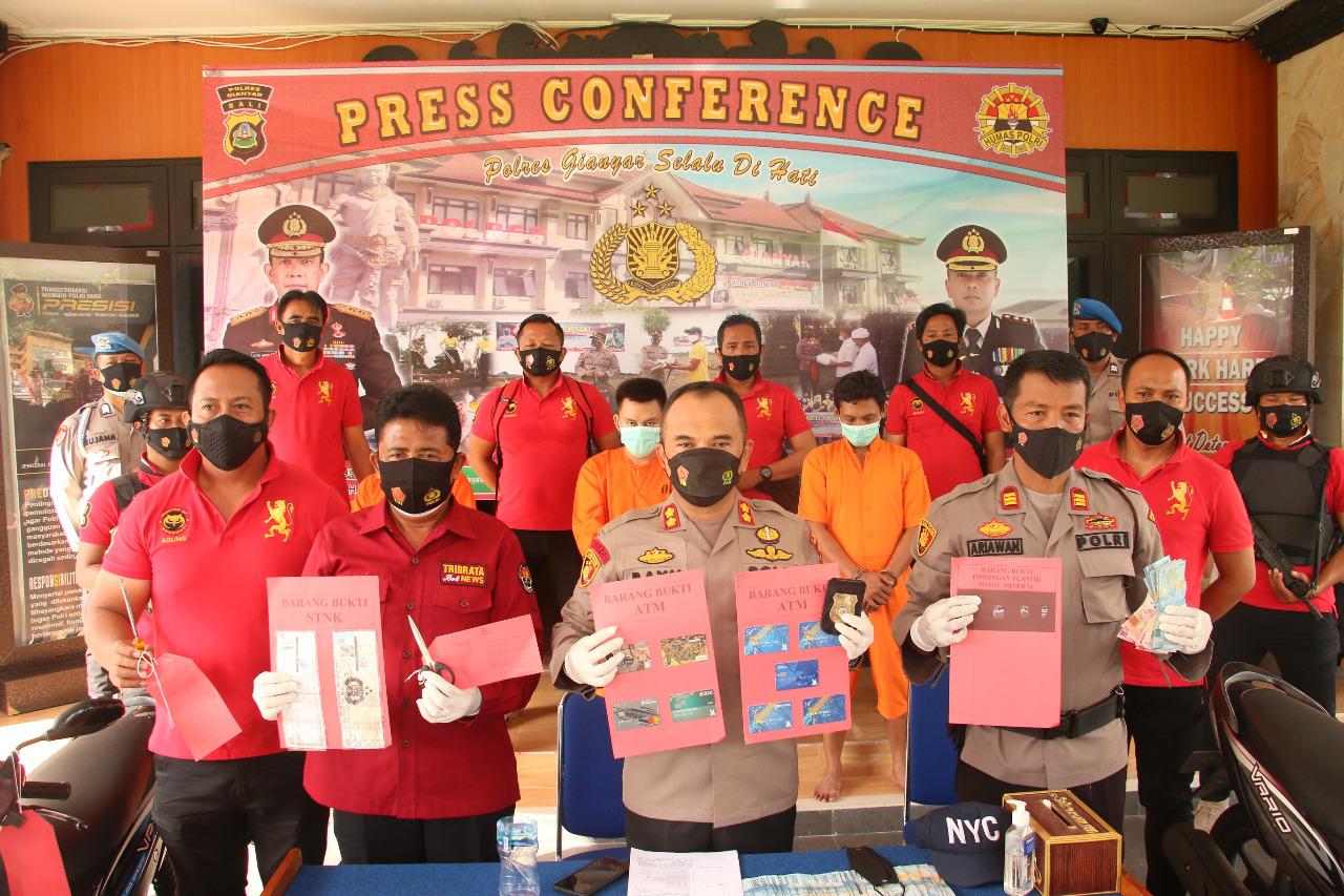 Jajaran Unit Reskrim Polsek Sukawati menunjukan bukti kejahatan para pembobol mesin ATM