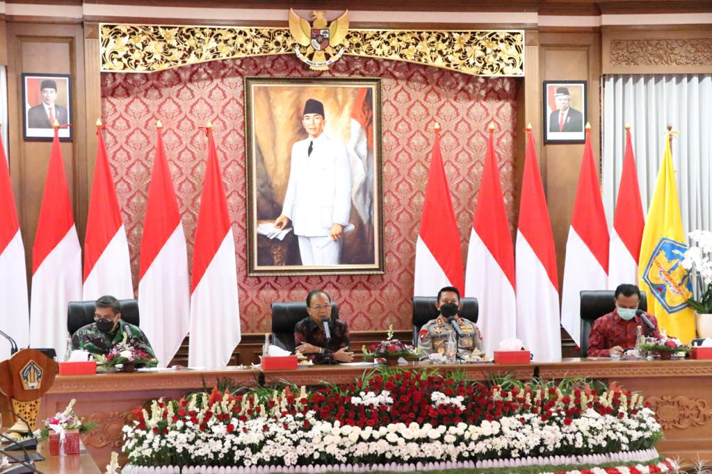 Gubernur Bali, Wayan Koster memimpin rapat Koordinasi terkait peningkatan jumlah pasien positif C-19 jelang pembukaan pariwisata Bali Juli mendatang.