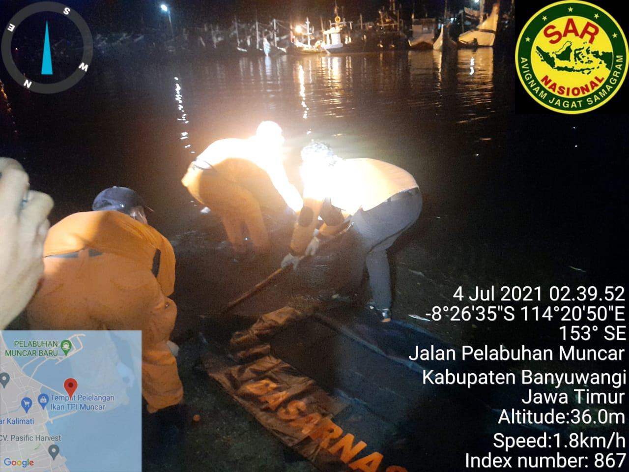 Proses evakuasi jasad korban yang ditemukan nelayan. (FOTO/Ist)