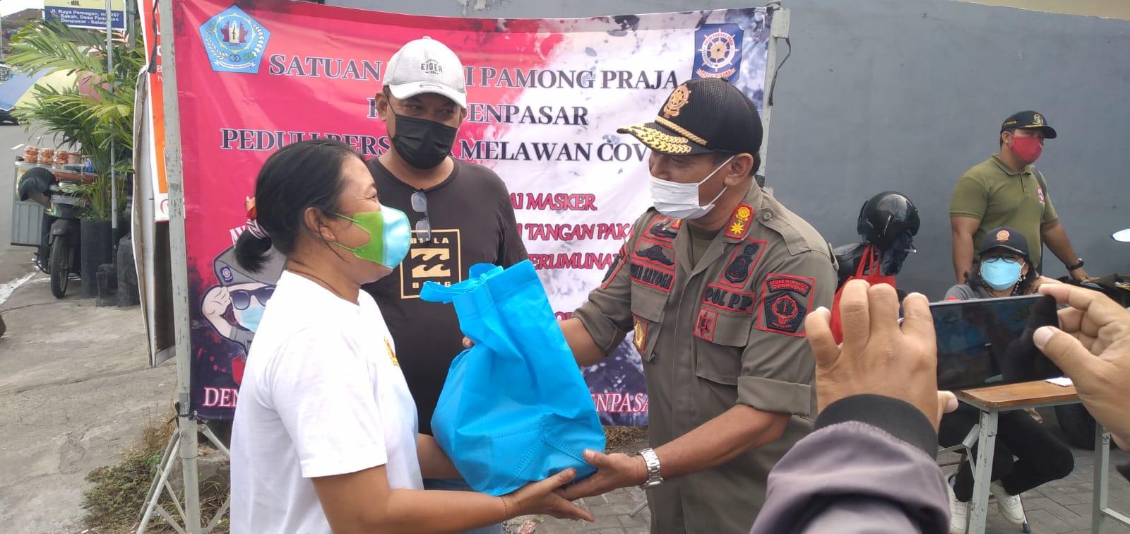 Satpol PP Kota Denpasar, gelar patroli Prokes sambil bagi sembako.