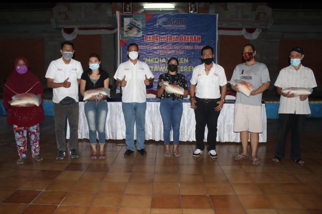 Disela sela Rakerda, SMSI Bali bagikan sembako kepada pedagang yang berjualn di seputaran sekretariat SMSI Bali di Gedung PWI Bali.