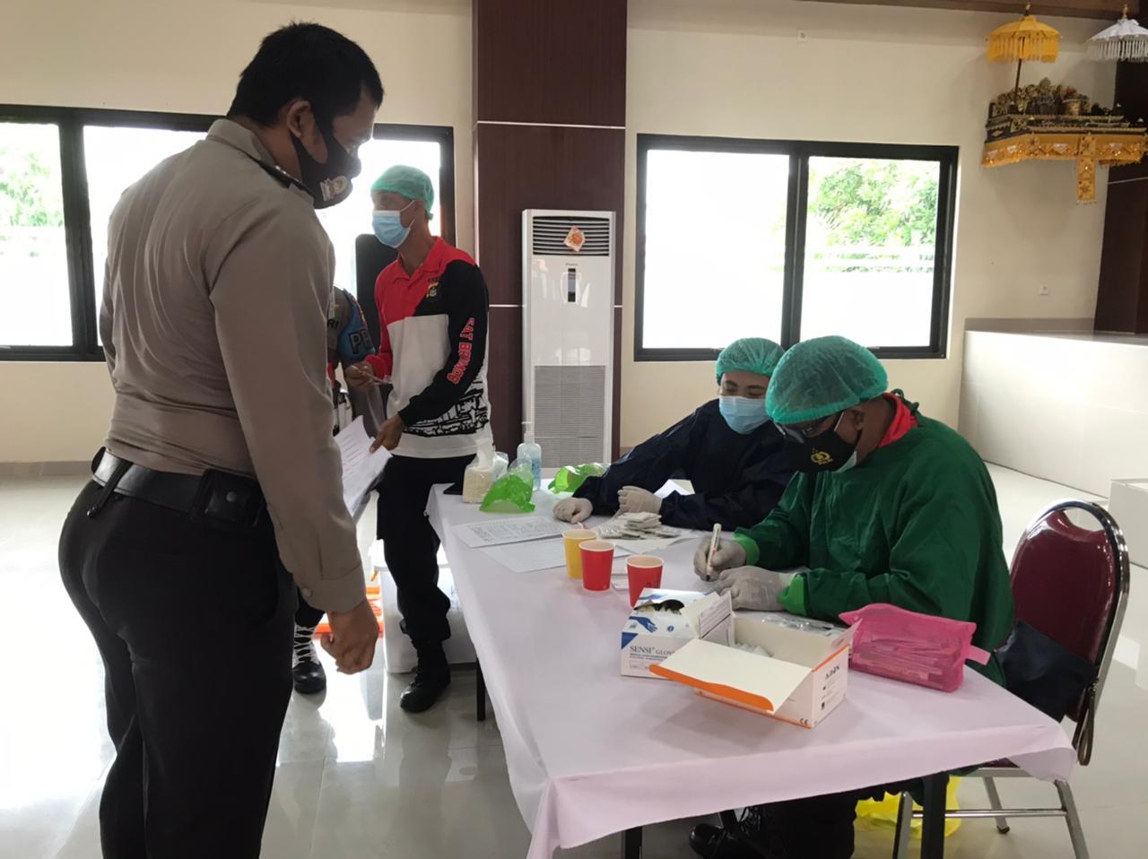 Seluruh anggota Polisi Polres klungkung lakukan tes urine. (FOTO/Ist)