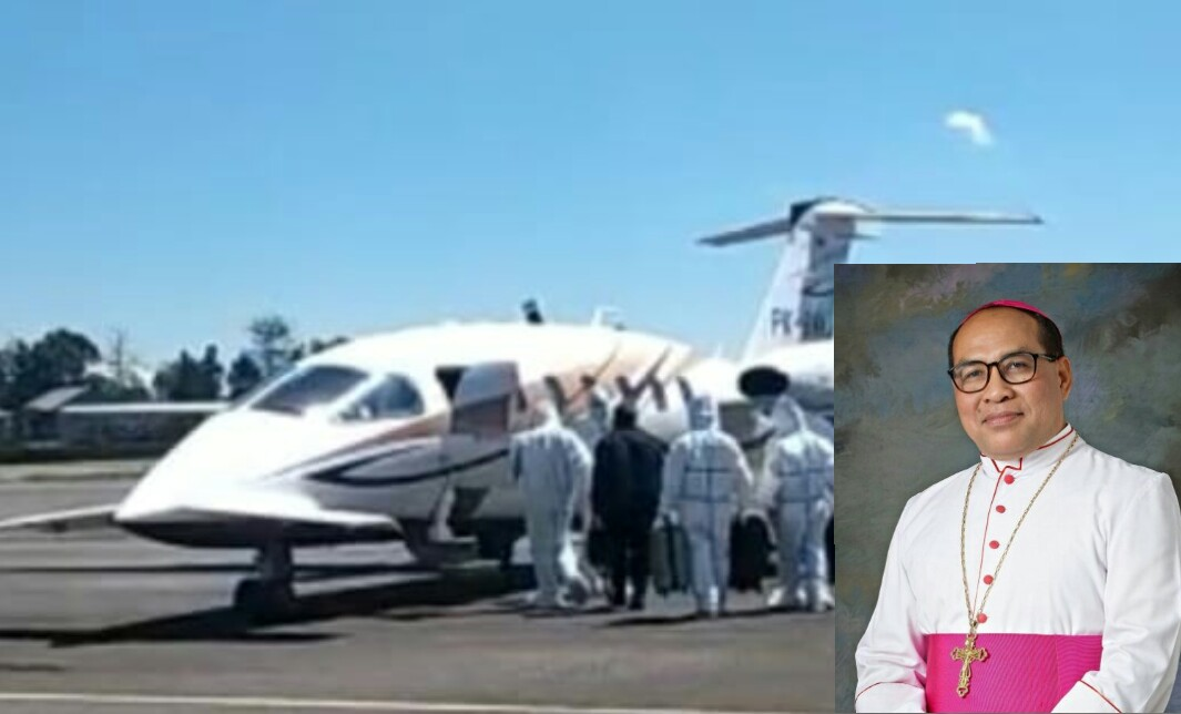 Uskup Ruteng, Mgr.Siprianus Hormat memasuki pesawat Ambulance udara. Insert (Uskup Siprianus) - Foto/dok