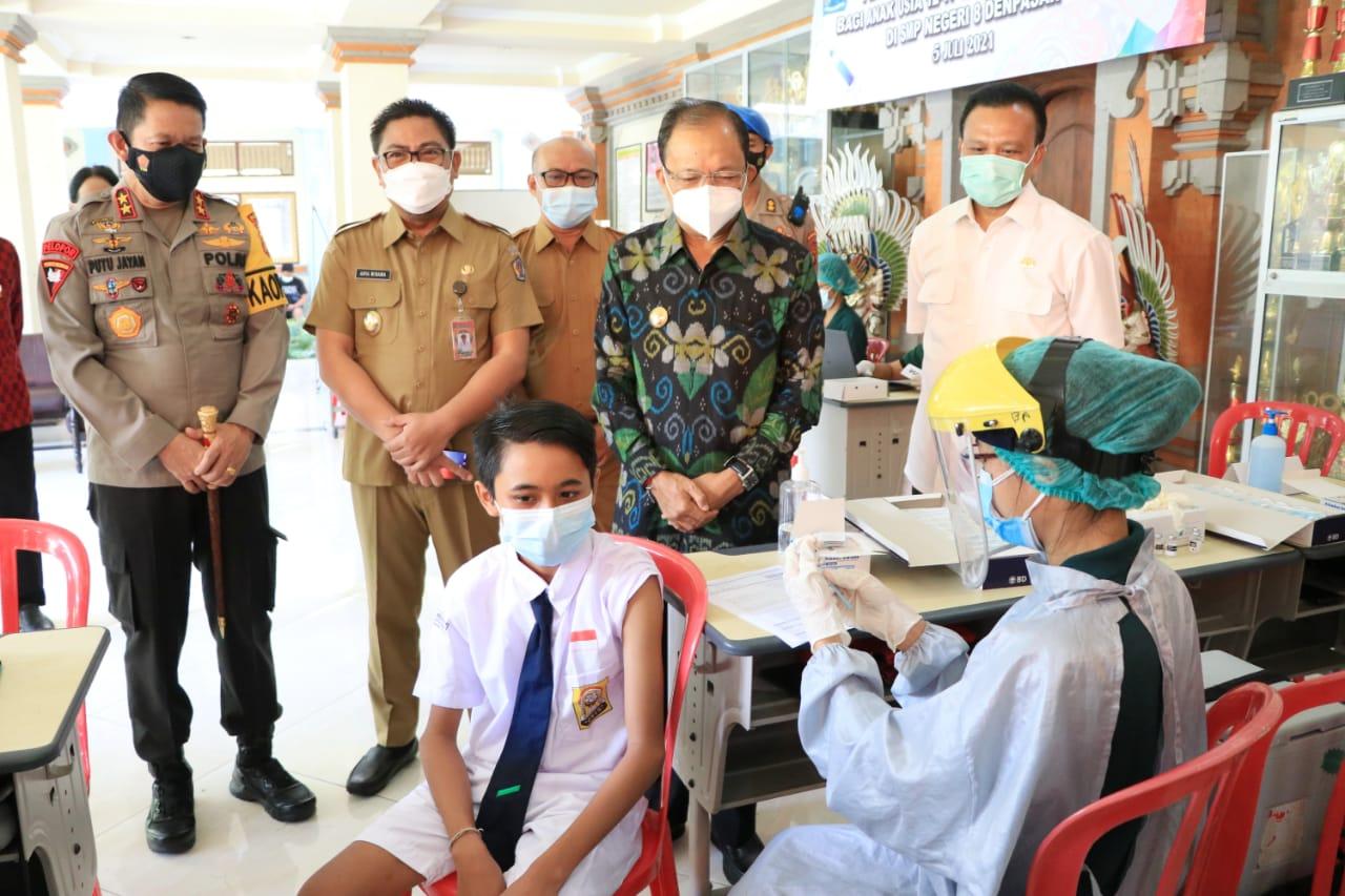 Gubernur Bali, Wayan Koster bersama Kapolda Bali, Irjen Pol. Putu Jayan Danu Putra turun memantau pelaksanaan vaksin anak di Denpasar